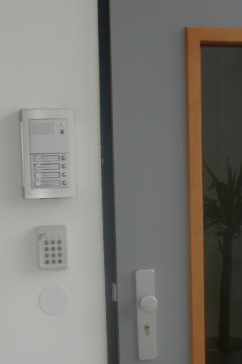 Etagentüre mit Gegensprechanlage/Außenmodul und Alarm-Bedienfeld (Büro)
